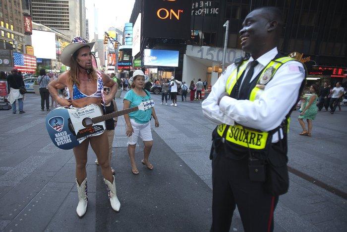 Γυμνόστηθες γυναίκες «παρενοχλούν» τουρίστες στην Τimes Square - εικόνα 8