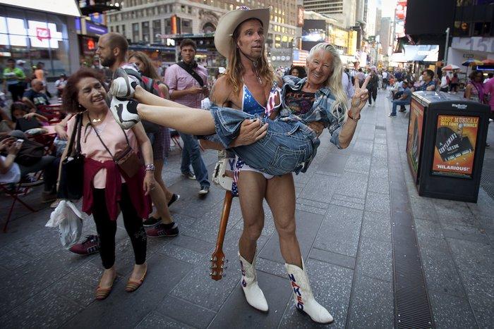 Γυμνόστηθες γυναίκες «παρενοχλούν» τουρίστες στην Τimes Square - εικόνα 9