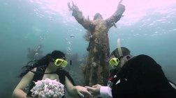 Ζευγάρι παντρεύεται μέσα στο βυθό  διπλά από άγαλμα του Χριστού! [Βίντεο]