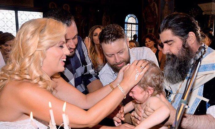 Ο Γιάννης Βαρδής, ο Γιώργος Σοφρώνης και η σύζυγός του κατά τη διάρκεια της βάφτισης του Ιάσονα