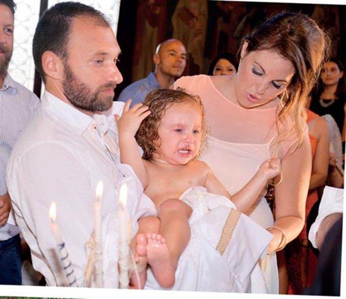 Ο τέλιος Στραπατσάκης και η Χριστίνα Πούλου κατά τη διάρκεια της βάφτισης του Κωνσταντίνου