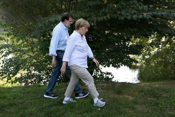Η Μέρκελ έβαλε τα αθλητικά της και βγήκε βόλτα στο δάσος