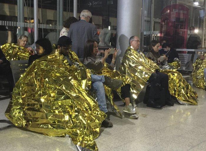 Χάος: Εγκλωβισμένοι στο σκοτάδι στα τρένα του Eurostar [φωτο] - εικόνα 3