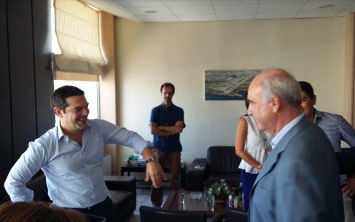 Τσίπρας-Μεϊμαράκης τα είπαν στα όρθια στο αεροδρόμιο - εικόνα 2