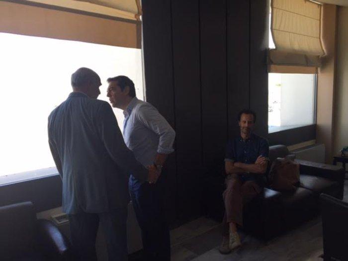 Τσίπρας-Μεϊμαράκης τα είπαν στα όρθια στο αεροδρόμιο - εικόνα 3
