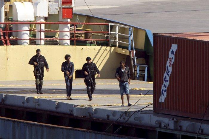Χιλιάδες όπλα και σφαίρες στα αμπάρια του πλοίου
