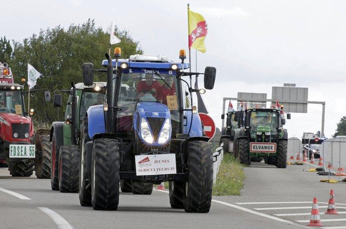 Oργισμένοι αγρότες κατεβαίνουν με τρακτέρ στο Παρίσι
