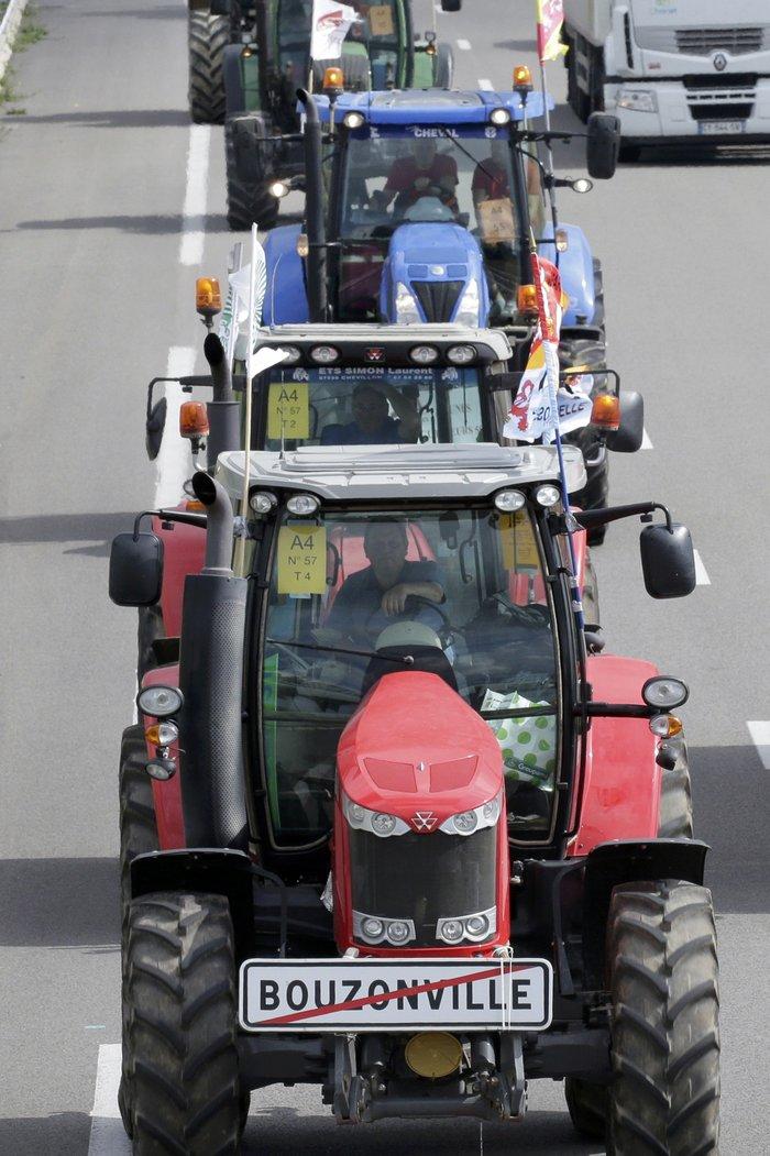 Oργισμένοι αγρότες κατεβαίνουν με τρακτέρ στο Παρίσι - εικόνα 2