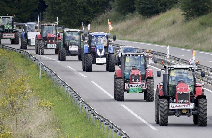 Oργισμένοι αγρότες κατεβαίνουν με τρακτέρ στο Παρίσι - εικόνα 3