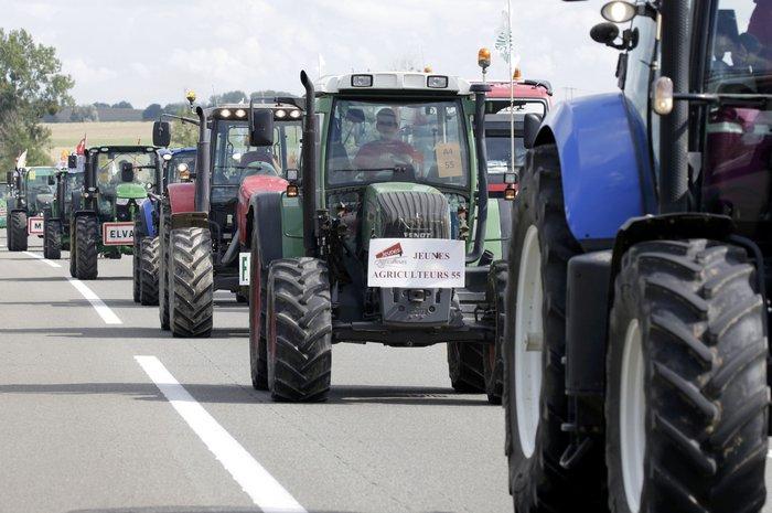 Oργισμένοι αγρότες κατεβαίνουν με τρακτέρ στο Παρίσι - εικόνα 4