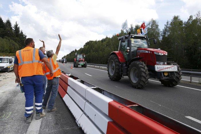 Oργισμένοι αγρότες κατεβαίνουν με τρακτέρ στο Παρίσι - εικόνα 5
