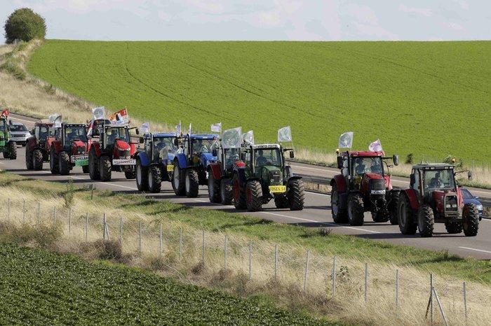 Oργισμένοι αγρότες κατεβαίνουν με τρακτέρ στο Παρίσι - εικόνα 6