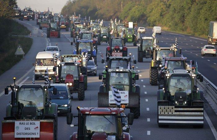 Oργισμένοι αγρότες κατεβαίνουν με τρακτέρ στο Παρίσι - εικόνα 8