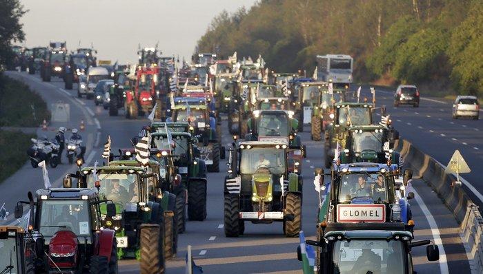 Oργισμένοι αγρότες κατεβαίνουν με τρακτέρ στο Παρίσι - εικόνα 9