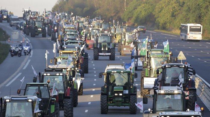Oργισμένοι αγρότες κατεβαίνουν με τρακτέρ στο Παρίσι - εικόνα 10