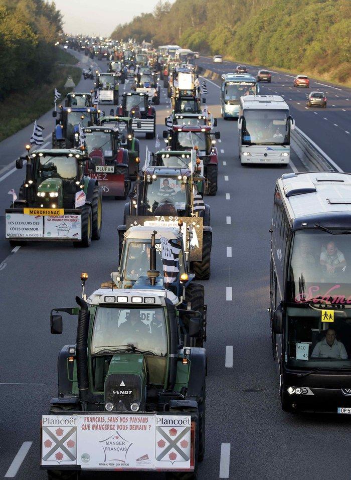 Oργισμένοι αγρότες κατεβαίνουν με τρακτέρ στο Παρίσι - εικόνα 11