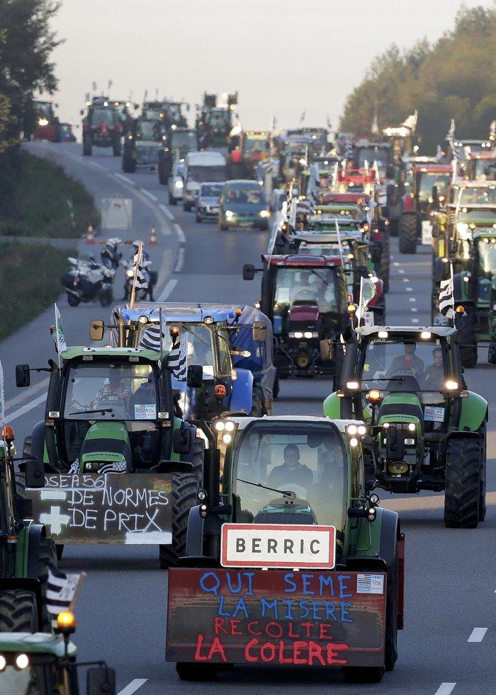 Oργισμένοι αγρότες κατεβαίνουν με τρακτέρ στο Παρίσι - εικόνα 13