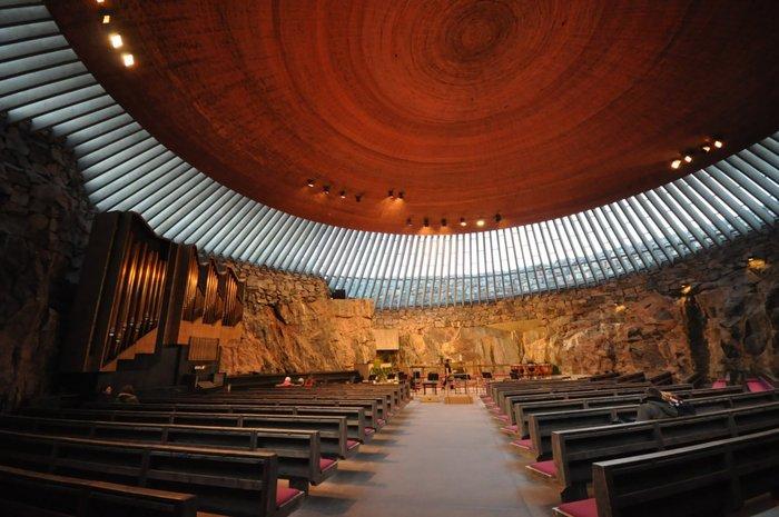 Η εκκλησία Temppeliaukio στο Ελσίνκι, χτισμένη κάτω από την επιφάνεια της γης, μέσα σε έναν βράχο, αλλά με τρόπο τέτοιο ώστε να φωτίζεται από το φως του ήλιου