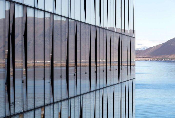 Το κτήριο Turninn στο Ρέικιαβικ, στο οποίο αντανακλάται όλη η άγρια ομορφιά της Ισλανδίας