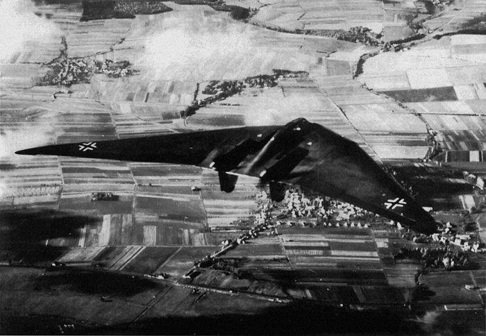 Το Horten Ho 229 πετά πάνω από το Göttingen της Γερμανίας