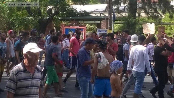 Φωτιές σε καταυλισμό και πορεία μεταναστών στη Μυτιλήνη(φωτο-βίντεο) - εικόνα 3