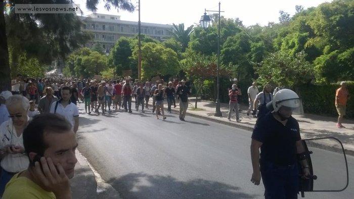 Φωτιές σε καταυλισμό και πορεία μεταναστών στη Μυτιλήνη(φωτο-βίντεο) - εικόνα 7