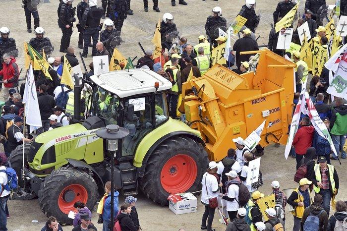 5000 αγρότες σε πορεία διαμαρτυρίας στις Βρυξέλλες ζητούν τη στήριξη της ΕΕ - εικόνα 13