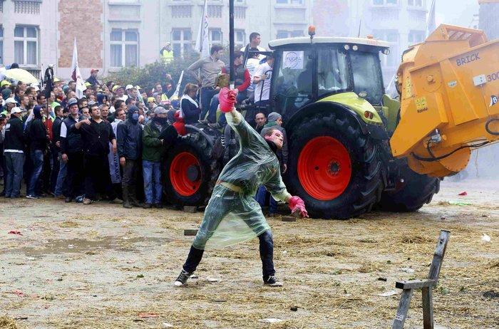 Πεδίο μάχης οι Βρυξέλλες: Εφοδος αγροτών με τρακτέρ στην Κομισιόν video