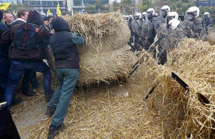 Πεδίο μάχης οι Βρυξέλλες: Εφοδος αγροτών με τρακτέρ στην Κομισιόν video - εικόνα 2