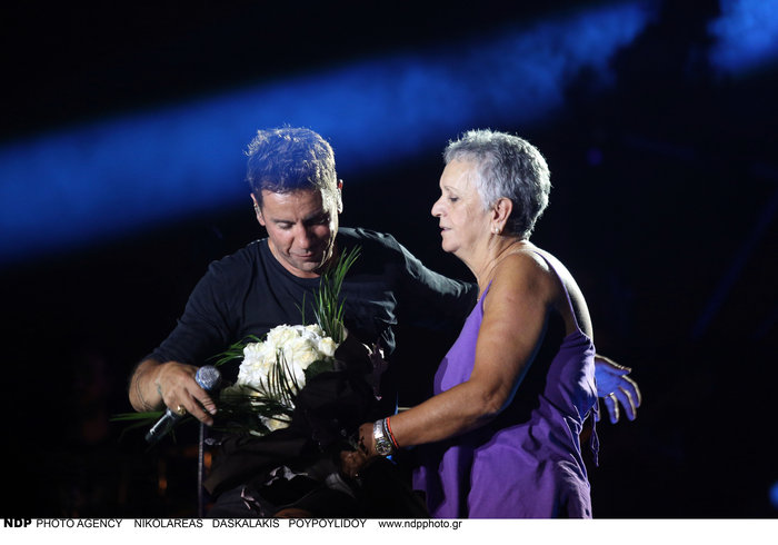 Η Κλειώ Μαζωνάκη ανέβηκε στη σκηνή και έδωσε στον γιο της ένα μπουκέτο με  λουλούδια. Τον αγκάλιασε 7e0597cdf8d