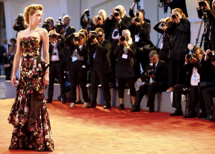 Απέναντι σ' έναν καταιγισμό από φλας η Αμπερ Χαρτ στην πρεμιέρα της ταινίας The Danish Girl