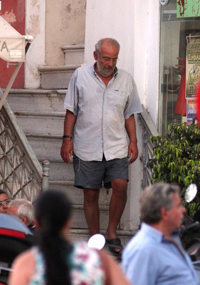 Η άλλη πλευρά του Αλαβάνου- Με βερμούδα, κάνει διακοπές στην Τήνο