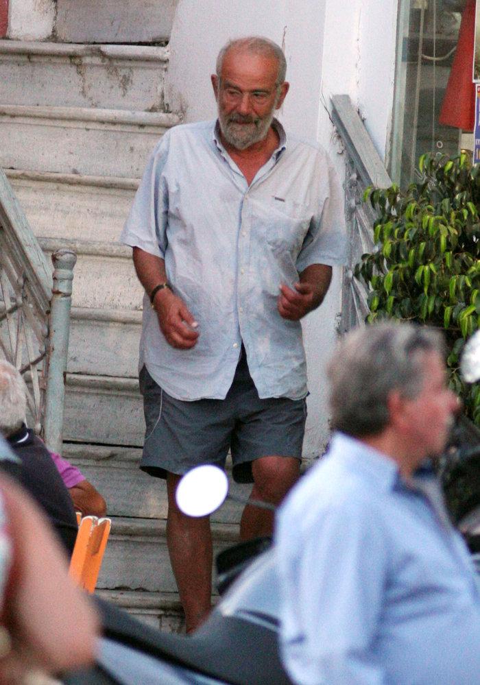 Η άλλη πλευρά του Αλαβάνου- Με βερμούδα, κάνει διακοπές στην Τήνο - εικόνα 2