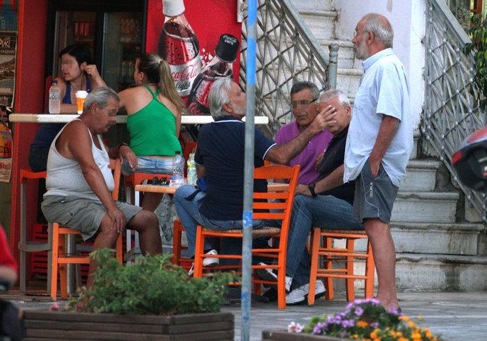 Η άλλη πλευρά του Αλαβάνου- Με βερμούδα, κάνει διακοπές στην Τήνο - εικόνα 5