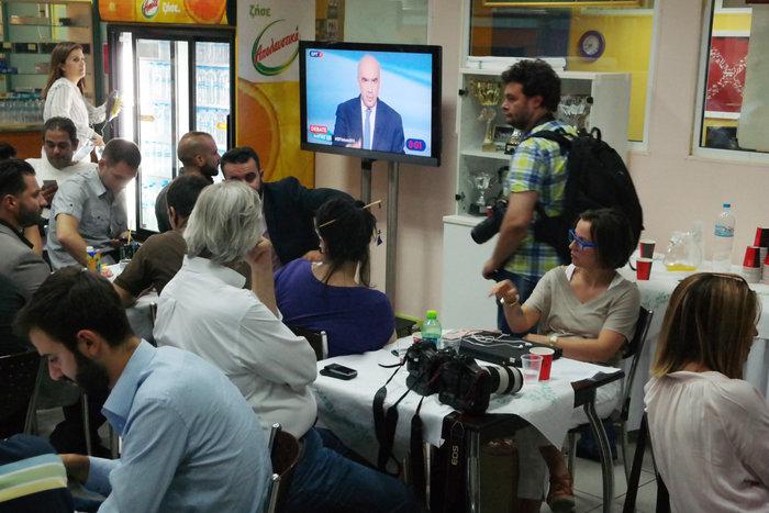 «Χαμός» από δημοσιογράφους στο κυλικείο της ΕΡΤ - εικόνα 4