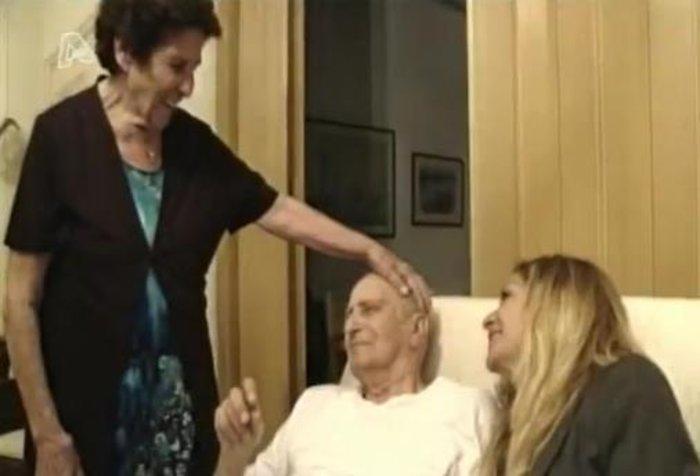 Στιγμιότυπο από το αφιέρωμα στη ζωή της Άννας Βίσση στον Alpha. Εδώ με τον πατέρα της που ήταν ήδη άρρωστος και τη μητέρα της