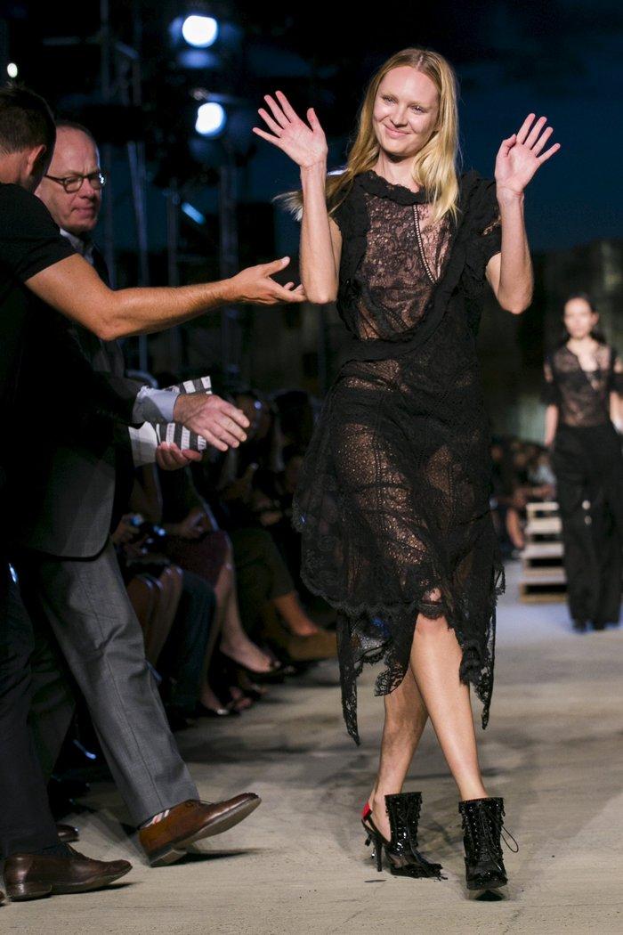 Ο Άγγελος της Victoria Secret που έπεσε στην πασαρέλα - εικόνα 4
