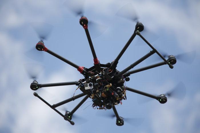 Eνα Drone κινηματογραφεί τους απίθανους ελιγμούς.
