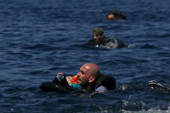 Εικόνες-σοκ: Η προσπάθεια πρόσφυγα να σώσει το γιό του
