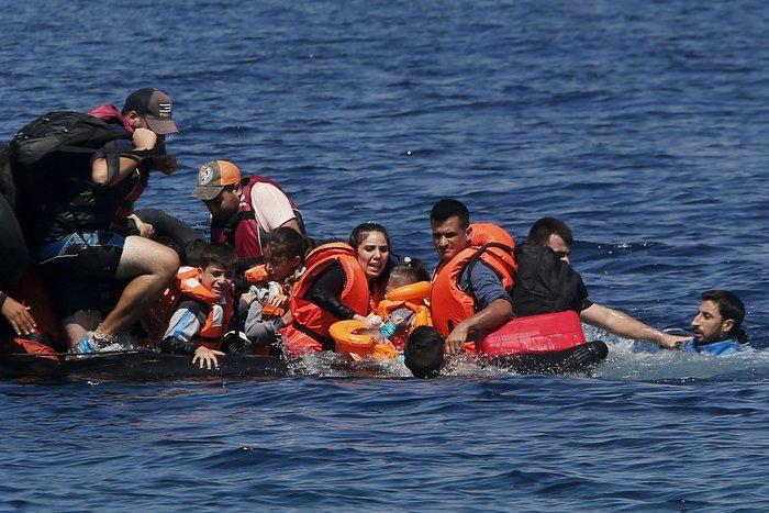 Εικόνες-σοκ: Η προσπάθεια πρόσφυγα να σώσει το γιό του - εικόνα 3