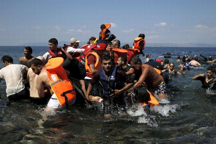 Εικόνες-σοκ: Η προσπάθεια πρόσφυγα να σώσει το γιό του - εικόνα 4