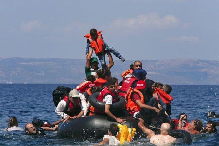 Εικόνες-σοκ: Η προσπάθεια πρόσφυγα να σώσει το γιό του - εικόνα 6