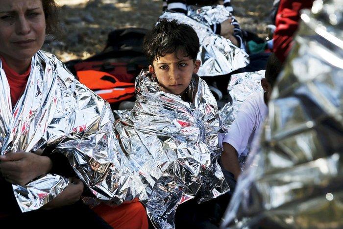 Εικόνες-σοκ: Η προσπάθεια πρόσφυγα να σώσει το γιό του - εικόνα 8