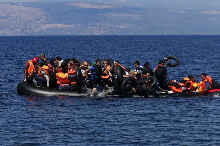 Εικόνες-σοκ: Η προσπάθεια πρόσφυγα να σώσει το γιό του - εικόνα 2