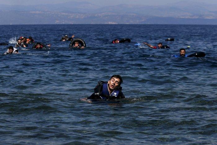 Εικόνες-σοκ: Η προσπάθεια πρόσφυγα να σώσει το γιό του - εικόνα 5
