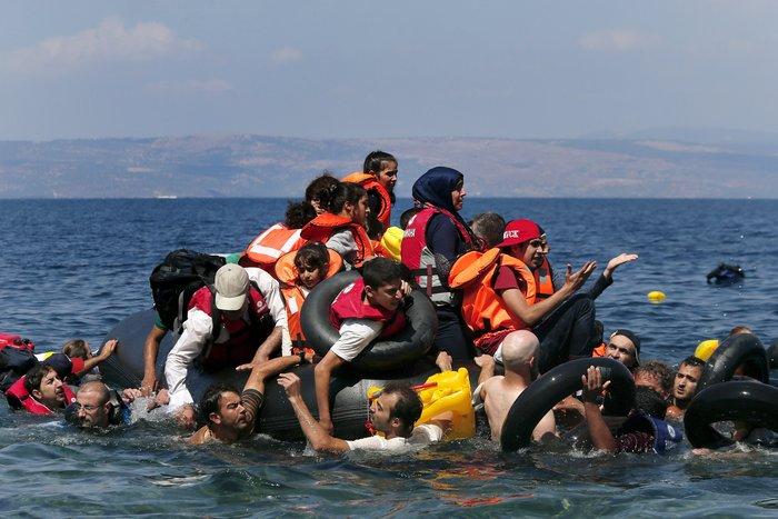 Εικόνες-σοκ: Η προσπάθεια πρόσφυγα να σώσει το γιό του - εικόνα 7