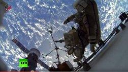 rwsoi-kosmonautes-kanoun-peripato-sto-diastima-me-thea-ti-gi