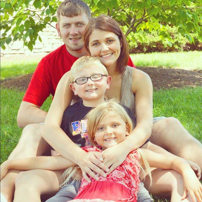Μάνα με τα παιδιά της φωτογραφίζονται με το νεκρό πατέρα τους: δείτε γιατί