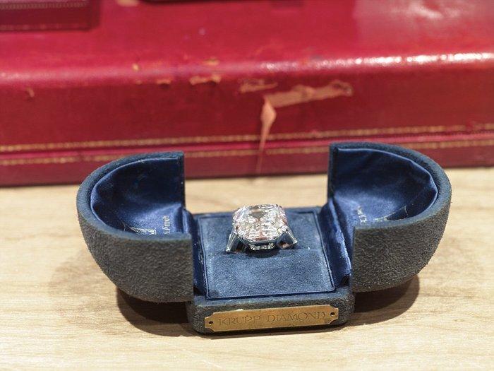 Ένα μονόπετρο που αστράφτει για τη γυναίκα που λάτρεψε τα διαμάντια και έκανε 8 γάμους