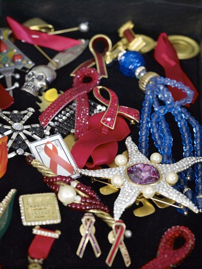 Κοσμήματα πολλών καρατίων με το έμβλημα ενάντια στο ΄Ειτζ, για την καταπολέμηση του οποίου αγωνίστηκε στη ζωή της